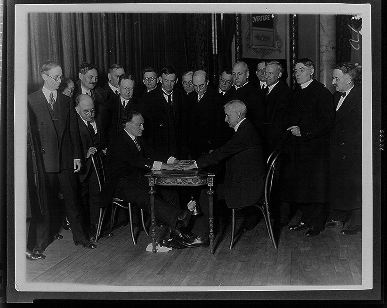 Houdini podczas pokazów sztuczek wykorzystywanych przez spirytystów (fot. Wikimedia Commons / domena publiczna)