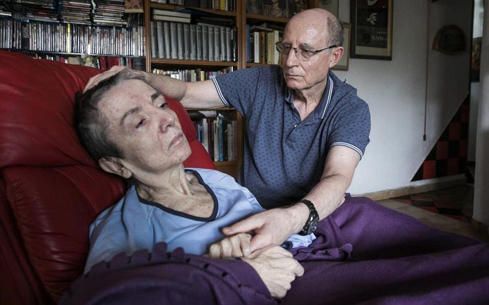 Ángel Hernández, 70-latek z Madrytu, i jego żona Maria José Carrasco, która od 30 lat cierpiała na stwardnienie rozsiane, w ostatnim czasie była już niemal całkowicie sparaliżowana