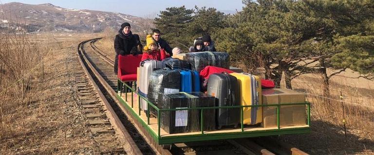Powrót Rosjan z Korei Północnej. Dzieci i bagaże na pokład, a potem jazda