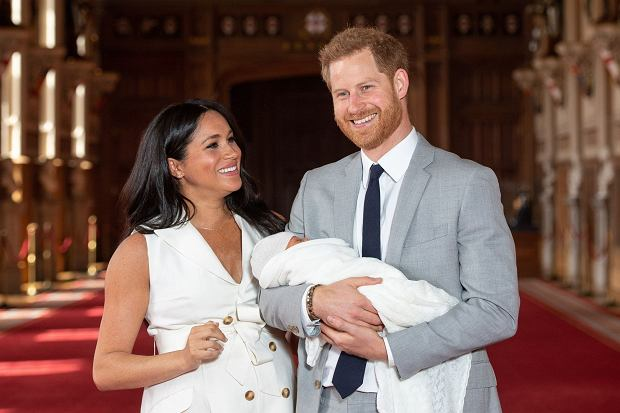 """Ta wiadomość pewnie Was zaskoczy. Harry i Meghan nie mają niani, kucharza ani żadnego personelu, który pomagałby im w codziennym życiu. Jak donoszą zagraniczne media, książęca para żyje tak """"jak my""""."""