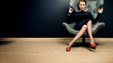 Sukienki do pracy zazwyczaj występują w stonowanych barwach. Zdjęcie ilustracyjne, Kiselev Andrey Valerevich/shutterstock.com