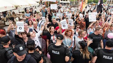 Wrocławianie spotkali się, by protestować przeciw Jackowi Międlarowi, który na pl. Gołębim promował swoją książkę