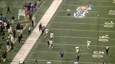 Screen z wideo NFL.com. Trener Mike Tomlin na drodze zawodnika Ravens