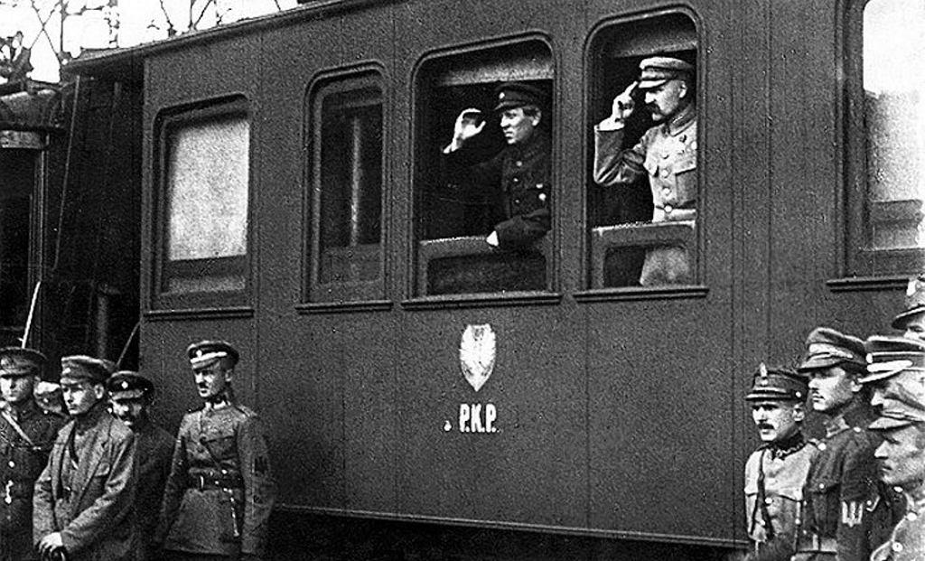 Józef Piłsudski i Symon Petlura (salutują z okien wagonu) w Winnicy podczas wyprawy kijowskiej w maju 1920 r.