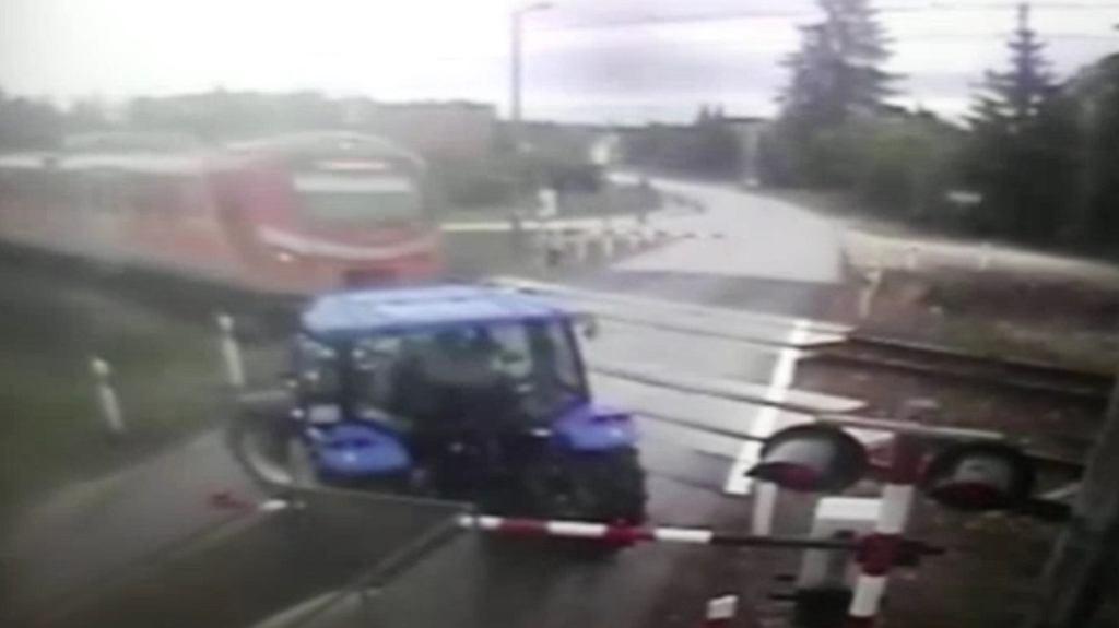 Ciągnik na przejeździe kolejowym
