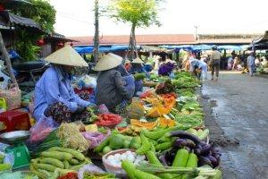 Czy dzień pana sprzedającego kurczaki z Laosu różni się od życia polskich bazarowiczów? [ZDJĘCIA]