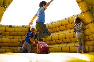 Dmuchańce do skakania przyciągają dzieci jak magnes. Są bezpieczne? Inżynier: Mogą eksplodować