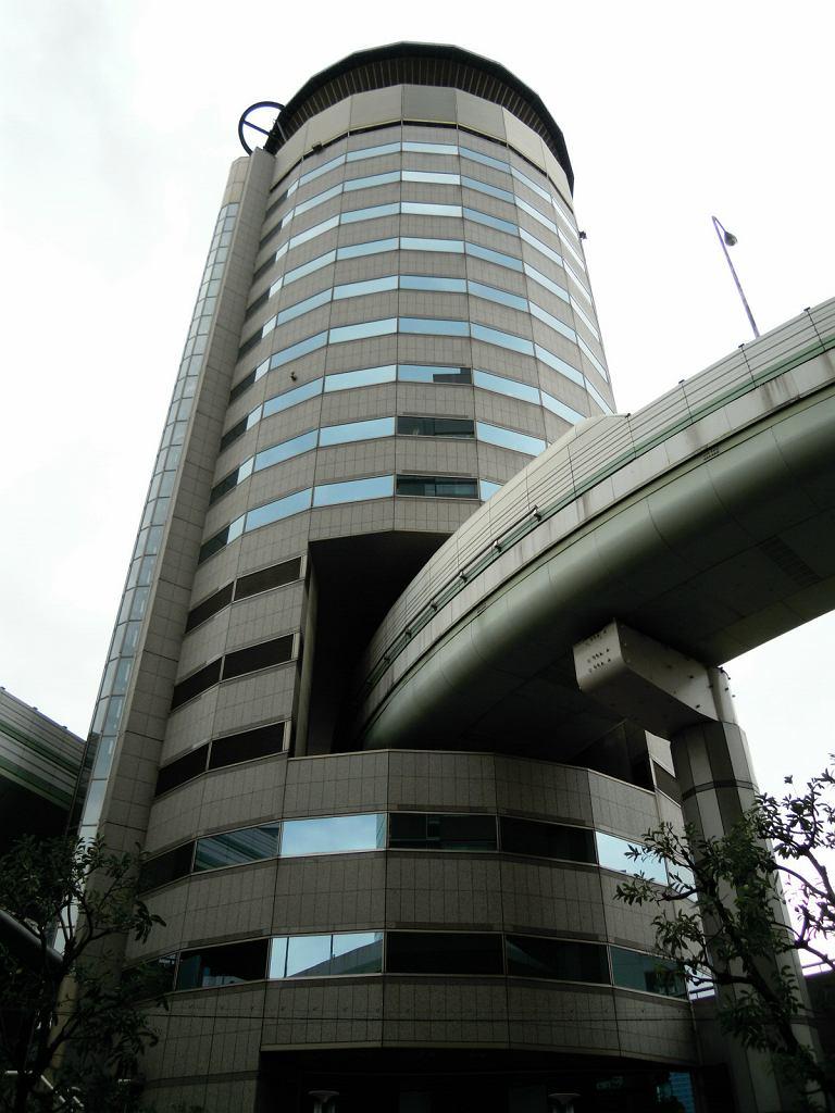 Budynek, przez który przebiega autostrada