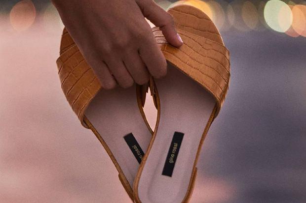 Klapki damskie to obok sandałów najpopularniejszy typ obuwia na lato. Są praktyczne, wygodne i przyjazne dla stóp. Oprócz komfortu zapewniają także naturalną wentylację. Sprawdź najładniejsze klapki na lato. Wśród propozycji wiele modeli na każdą okazję.