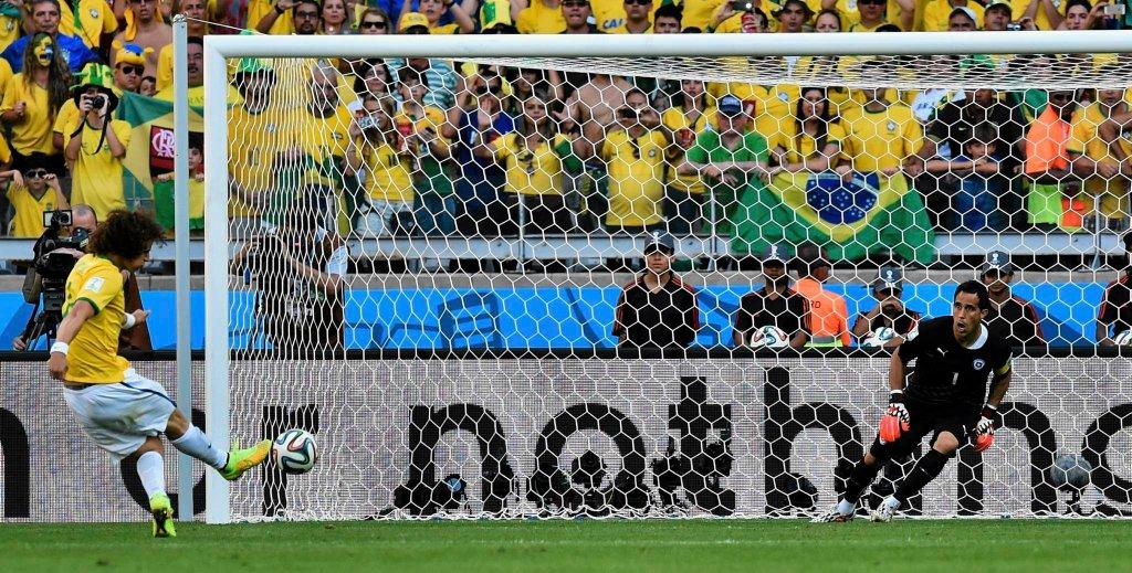 David Luiz uderza na bramkę