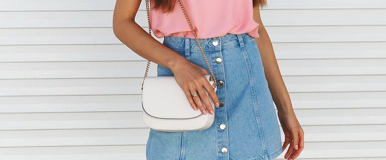 Jeansowa spódnica mini - idealna na wakacje. Wybieramy najlepsze modele