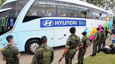 Brazylijscy żołnierze trzymają straż przed autobusem reprezentacji Hondurasu w Porto Feliz