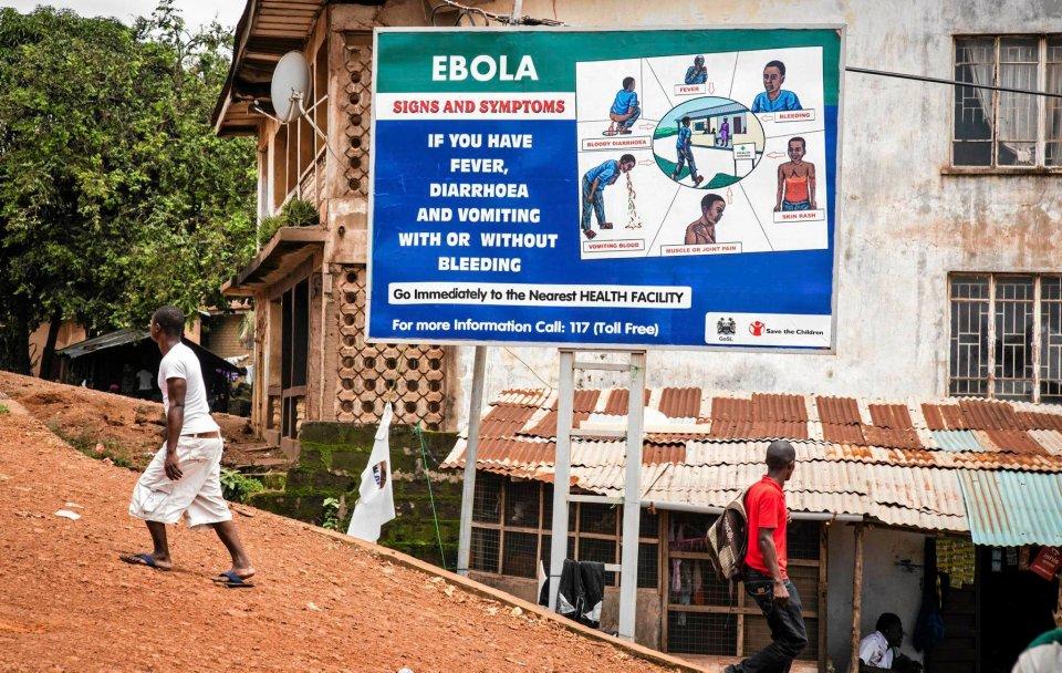 Freetown, Sierra Leone. Billboard wzywający osoby, które poczuły się źle do zgłoszenia się do ośrodka zdrowia.