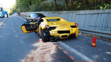 Wypadek na Słowacji. Mercedes, ferrari i porsche (oraz dwa inne auta nie uczestniczące w wypadku) z polskimi tablicami rejestracyjnymi pędziły krętą drogą. Kolumna aut wyprzedzała na podwójnej ciągłej. Doszło do zderzenia z jadącą z przeciwka Skodą Fabią. Zginął słowacki kierowca, dwie osoby z jego rodziny są w ciężkim stanie.