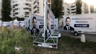 Plakaty wyborcze Patryka Jakiego znajdują się na terenie Centrum Obsługi Administracji Rządowej