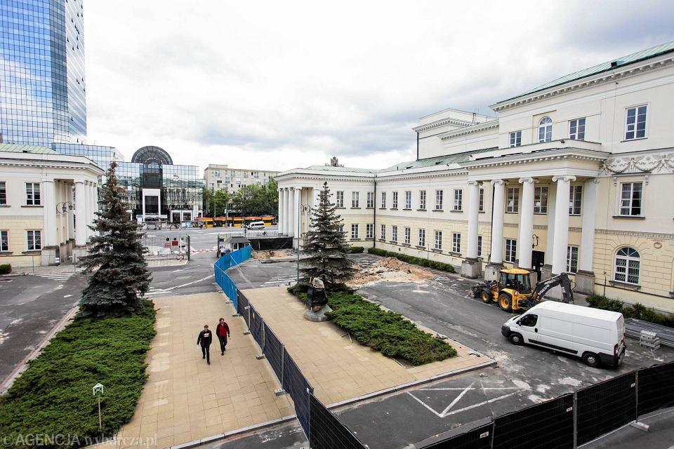 Zdjęcie numer 1 w galerii - Przebudowa dziedzińca przed ratuszem. Pomnik Lecha Kaczyńskiego chowany przed konserwatorem?