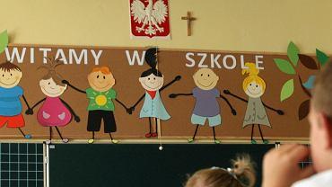 Krzyż w klasie, obok godła - zdjęcie ilustracyjne