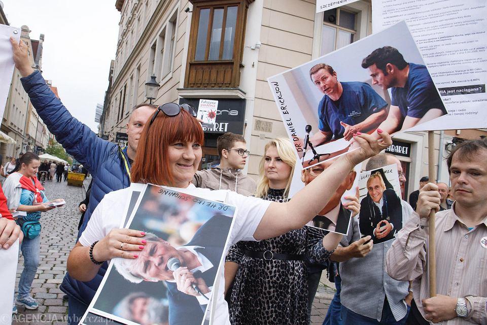 Demonstracja negacjonistów pandemii koronawirusa z Justyną Sochą (STOP NOP) na czele - Stary Rynek w Poznaniu