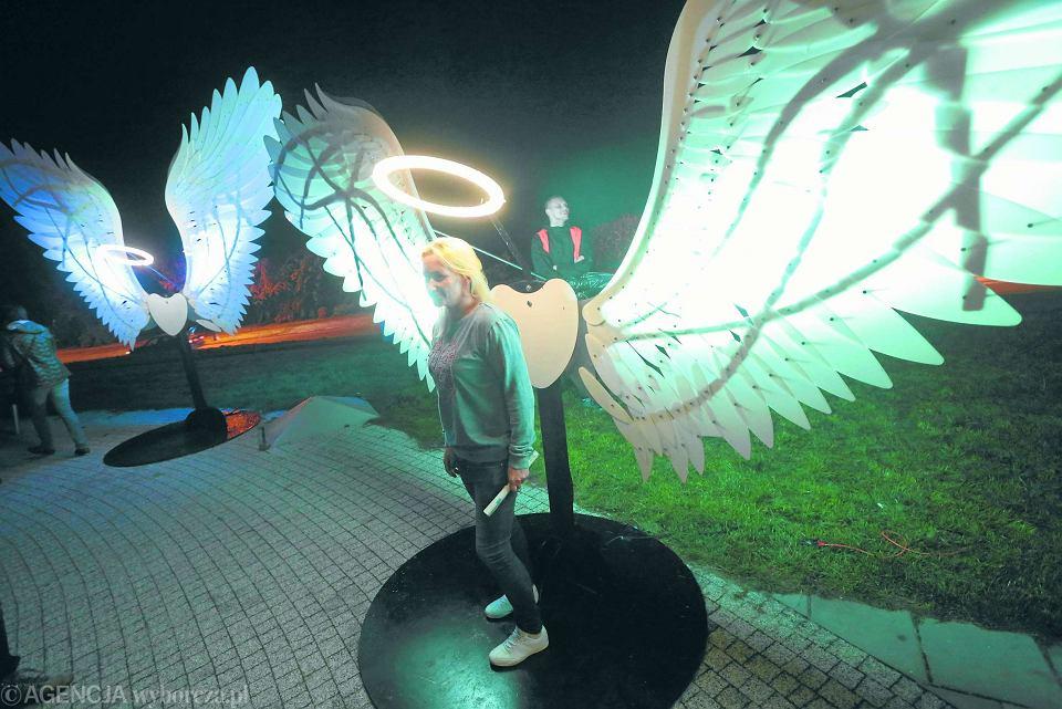 Toruński Festiwal Światła tłumnie odwiedzają turyści.  Ale wielu mieszkańców  Torunia utyskuje, że podczas jego trwania w mieście nie da się normalnie funkcjonować. Na zdjęciu: uczestniczka festiwalu 'przebrana' za anioła