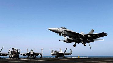 """F/A-18E Super Hornet ląduje na pokładzie lotniskowca USS """"George H.W. Bush"""" w Zatoce Perskiej"""