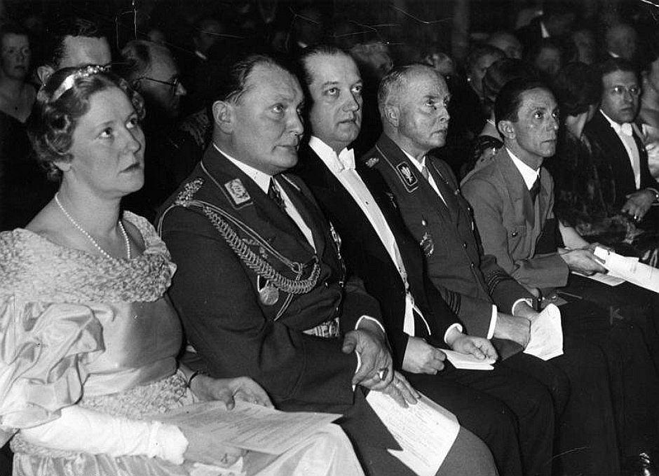 Emmy Sonnemann, późniejsza pani Göring, pierwsza od lewej. Siedzi obok Hermann Göringa. Koncert galowy podczas otwarcia Instytutu Niemiecko-Polskiego. Rok 1935 (fot. autor nieznany / wikimedia.org /  CC-BY-SA 3.0)