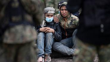 Los refugiados en Afganistán e Irak están detenidos en una tierra de nadie en la frontera entre Polonia y Bielorrusia.  Los guardias fronterizos no les permitieron entrar en Polonia y los guardias fronterizos bielorrusos no les permitieron regresar a Bielorrusia.  Usner's Carney, 19 de agosto de 2021