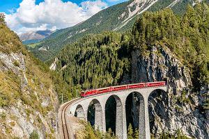 Podróż nad przepaścią i przez skaliste góry. Oto najpiękniejsze trasy pociągowe na świecie [ZDJĘCIA]