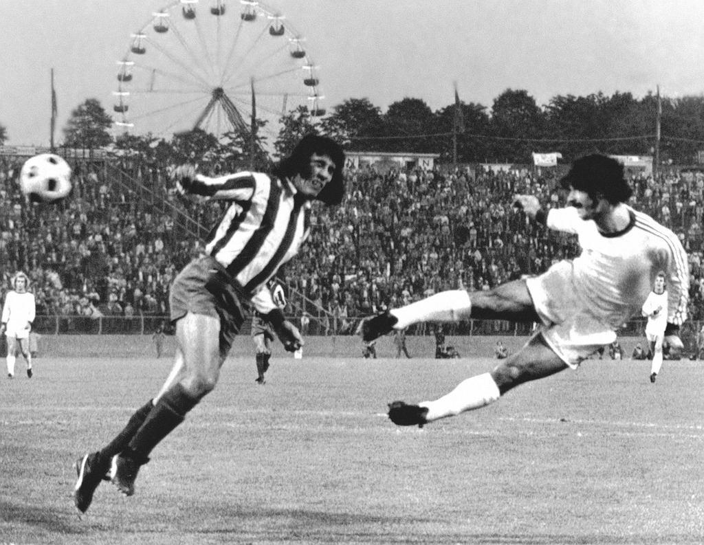 <br><br>17 maja 1974 r., Bruksela. <b>Gerd Mueller</b> strzela głową dla <b>Bayernu Monachium</b>. Heraldo Becerra nie zdołał go powstrzymać. To powtórka finału Pucharu Europy sprzed dwóch dni - wtedy Bayernowi udało się wyrównać tuż przed końcem dogrywki, co wiązało się z koniecznością rozegrania dodatkowego meczu. Tym razem <b>Bayern pokonał Atletico Madryt aż 4:0</b> i zdobył swój pierwszy Puchar Europy. Po dwie bramki zdobyli Mueller i Uli Hoeness.<br><br>Bayern został pierwszym niemieckim klubem, który zwyciężył w rozgrywkach. Podobnie jak wcześniej Ajax, wygrał go potem trzy razy z rzędu. Kilka tygodni po tym finale, Mueller strzelił też zwycięskiego gola w finale MŚ, w którym RFN pokonała Holandię 2:1