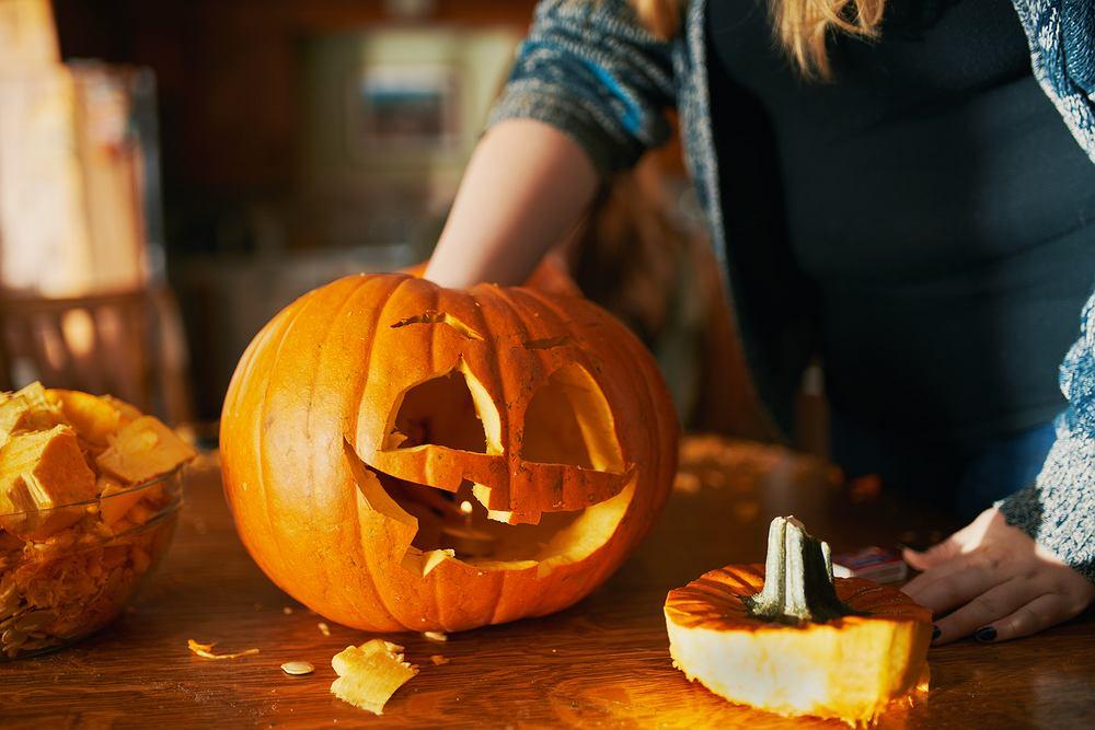 Zabawy na Halloween - wycinanie dyni. Zdjęcie ilustracyjne