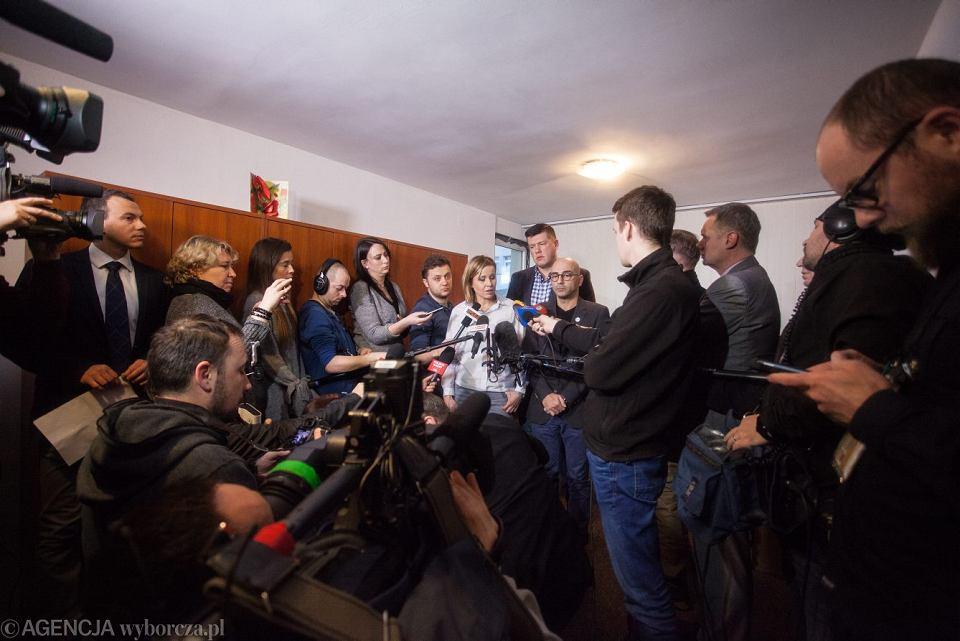 Członkowie Komitetu Obrony Demokracji od lewej: Magdalena Filiks , Jarosław Marciniak i Radomir Szumelda podczas konferencji prasowej ws. wycieku faktur Mateusza Kijowskiego