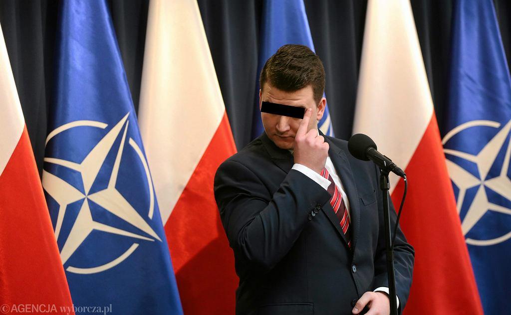 Były rzecznik prasowy MON, protegowany Macierewicza Bartłomiej M. - zatrzymany przez CBA. Na zdjęciu: ówczesny rzecznik MON Bartlomiej M. podczas konferencji prasowej. Warszawa, 10 stycznia 2017