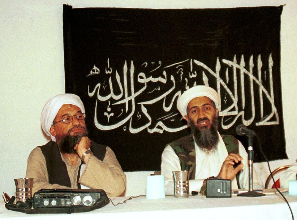 Przywódcy Al-Kaidy: Egipcjanin Ajman az-Zawahiri i Saudyjczyk Osama ben Laden na fotografii z 1998 r. Ben Ladena Amerykanie namierzyli i zabili w maju 2011 r. w pakistańskim mieście Abbottabad. Az-Zawahiri wciąż się ukrywa