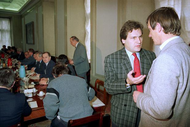 - Oczekiwania końca lat 80., że jeśli 'Solidarność', czyli ten różnorodny wielki ruch społeczny, przejmie władzę, to będziemy żyć w kraju wzajemnie się miłującym i idącym wyłącznie dobrą drogą, okazały się naiwne. Wewnętrzne podziały w 'Solidarności' były i są ogromne. Dzisiaj wojny polsko-polskiej nie organizują przecież jakaś komuna i PZPR, ale spadkobiercy 'Solidarności' i ludzie, którzy mają korzenie w ówczesnej opozycji. Dla wielu z nich Okrągły Stół to jakiś potworek - Aleksander Kwaśniewski. Na zdjęciu z Władysławem Serafinem. Obaj uczestniczyli w pracach zespołu ds. pluralizmu związkowego.