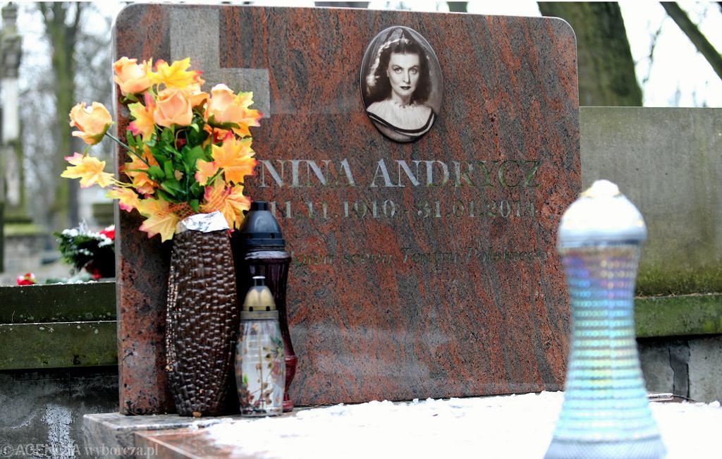 Okradziony grób Niny Andrycz na Starych Powązkach