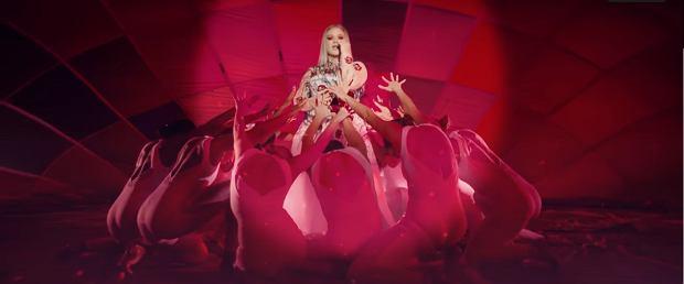 Kadr z klipu 'Love So Soft'