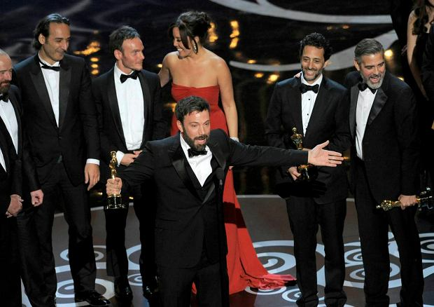 """Director/producer Ben Affleck accepts the award for best picture for """"Argo"""" during the Oscars at the Dolby Theatre on Sunday Feb. 24, 2013, in Los Angeles. Looking on from right are producers George Clooney and Grant Heslov. (Photo by Chris Pizzello/Invision/AP) SLOWA KLUCZOWE: Oscars;Oscar"""
