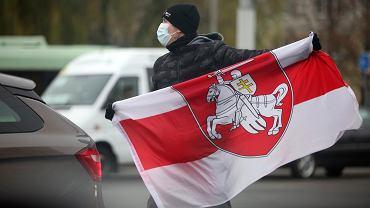 Mężczyzna w masce podczas demonstracji w Mińsku