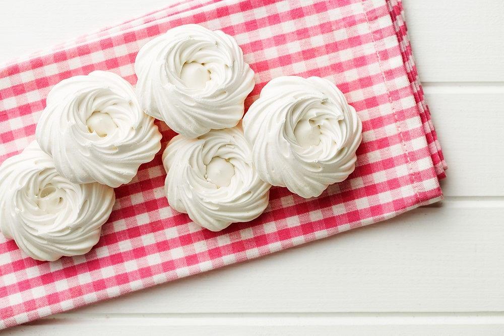 Bezy możemy podawać jako małe, słodkie ciasteczka lub jako dodatek do większych wyrobów.