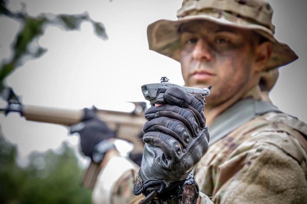 FLIR Systems z Wilsonville pod Portland wygrała przetarg wysokości 39,6 mln dol. na dostarczenia amerykańskiej armii malutkich dronów rozpoznawczych Black Hornet PRS.