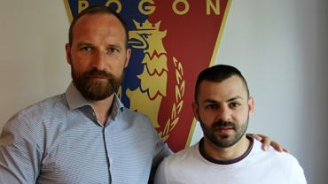 Spas Delev (z prawej) został nowym zawodnikiem Pogoni Szczecin. Na zdjęciu z dyrektorem sportowym Maciejem Stolarczykiem