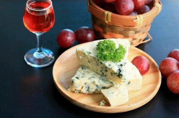 Ser, winogrona i czerwone wino, pełne resweratrolu, czyli kolacja pełna zdrowia? To zależy