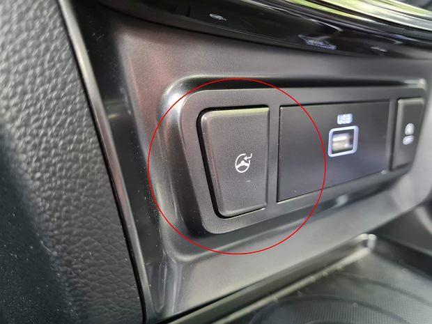 Jaką funkcję uruchamia ten przycisk? Wiedzą to kierowcy aut tylko jednej marki