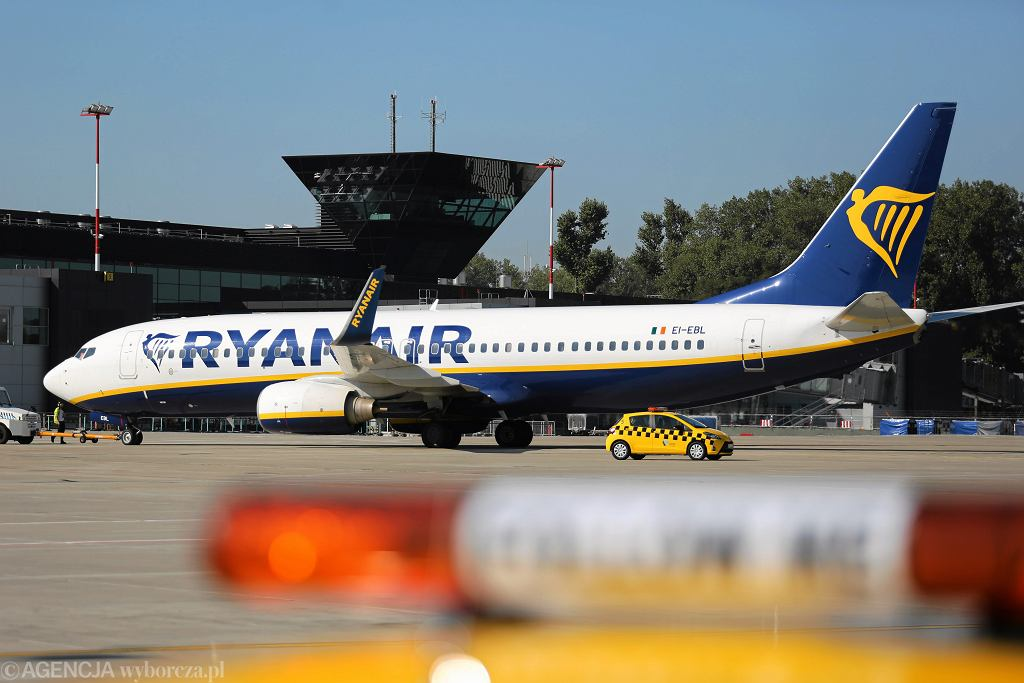 Samolot linii lotniczych Ryanair na lotnisku w Krakowie