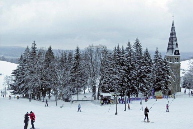 Stacja Narciarska Zieleniec. Wyciągi narciarskie w pobliżu kościoła św. Anny