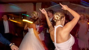 """Ten moment na weselach dzieli ludzi, wzbudza kontrowersje i jest źródłem strat. """"Żenada"""""""