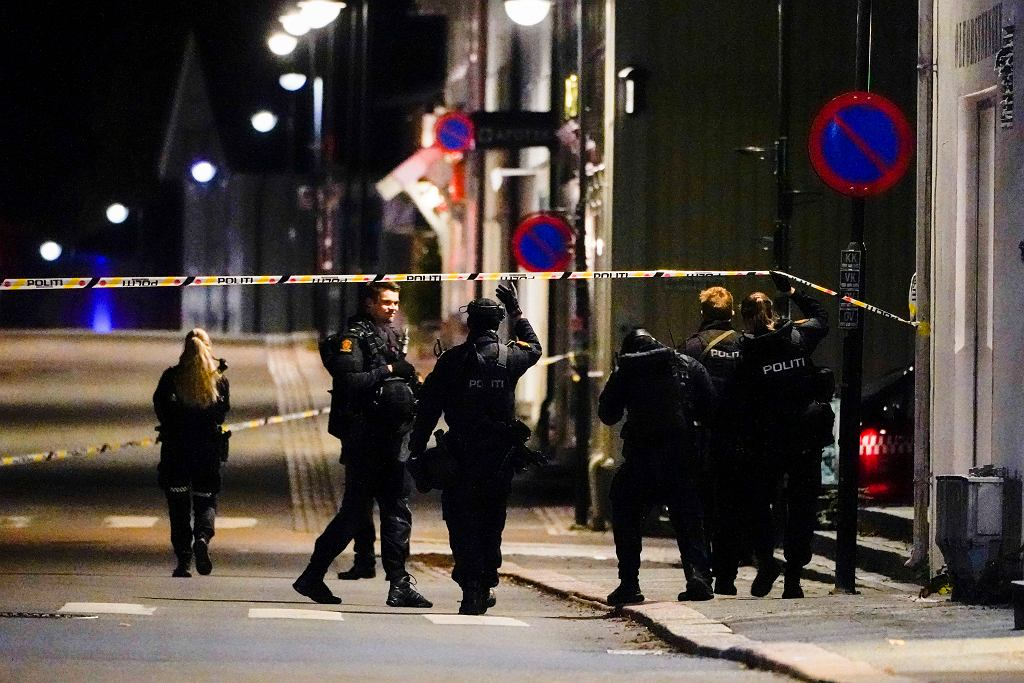 Akcja służb na miejscu napadu w Kongsberg w Norwegii