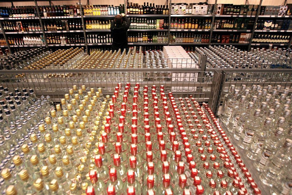 Hipermarket, stoisko z alkoholem (zdjęcie ilustracyjne)