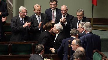 Premier Beata Szydło przyjmuje gratulacje od swojego mocodawcy, prezesa PiS  Jarosława Kaczyńskiego po sejmowej debacie nad jej expose. Sejm udzielił rządowi PiS wotum zaufania. Brawo bija członkowie gabinetu (od lewej) Witold Waszczykowski (MSZ), Konstanty Radziwiłł (zdrowie), Zbigniew Ziobro ('sprawiedliwość'), Antoni Macierewicz (MON) i Piotr Gliński (Kultura)