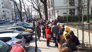 Kolejka pod ambasadą Ukrainy w Warszawie