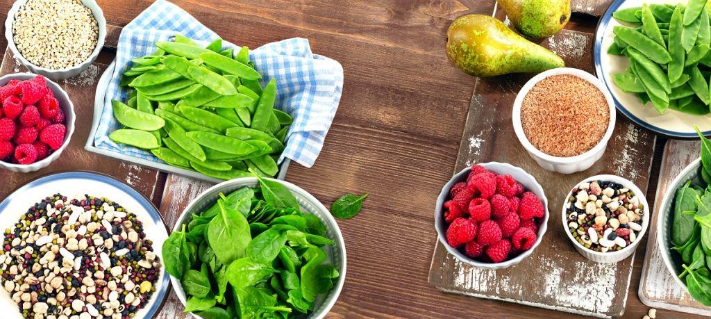 W dni, w których trenujemy, zwiększamy w posiłkach podaż węglowodanów, a zmniejszamy zawartość tłuszczów.